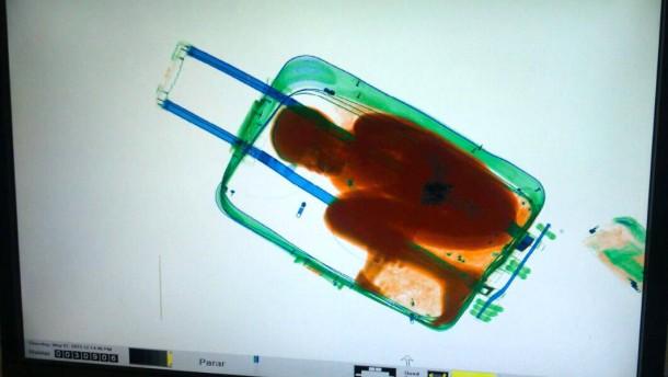 Wie Adou im Koffer nach Spanien geschmuggelt wurde