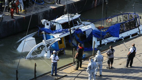 Gesunkenes Touristenboot wird aus Donau geborgen