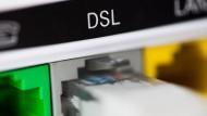 Die Telekom will nicht mehr die Kunden allein entscheiden lassen, wie schnell ihre Daten aus der Leitung kommen: Ein Modem des Unternehmens bei der Arbeit