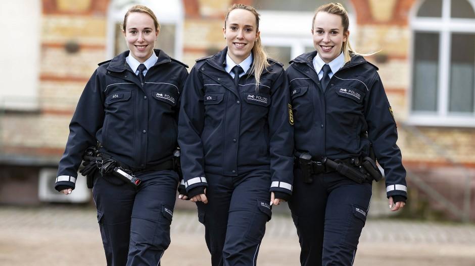 Who is who? Die eineiigen Drillinge, (l-r) Vanessa, Lara und Samira Böß beim Polizeipräsidium Karlsruhe