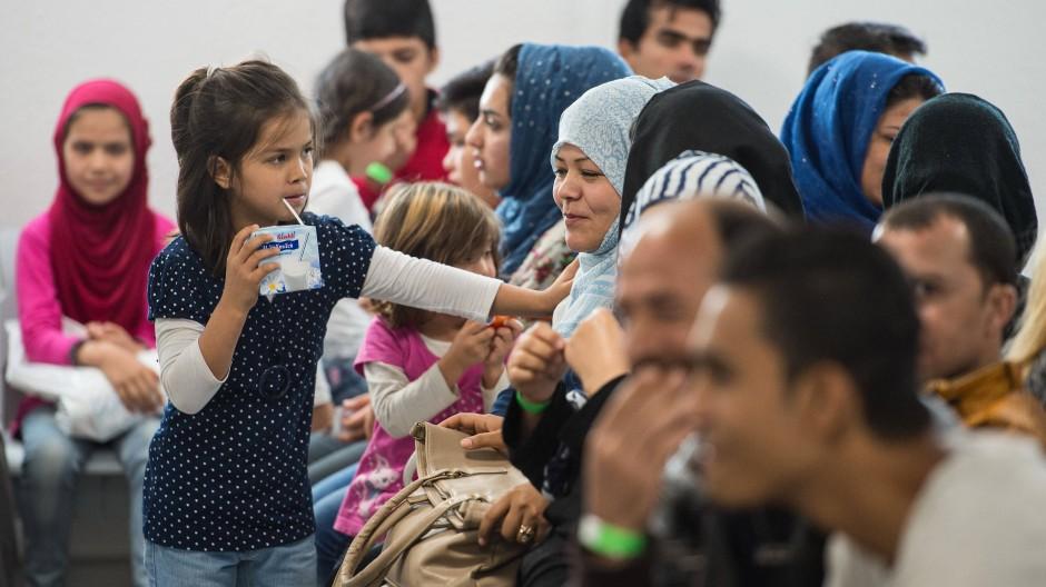 """Asylbewerber warten im September 2016 im """"Ankunftszentrum für Flüchtlinge"""" in Gießen."""