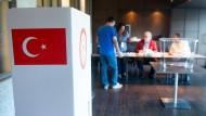 Wer wählt wen? Wahlhelfer in einem Berliner Wahllokal für die türkischen Präsidentschaftswahlen.