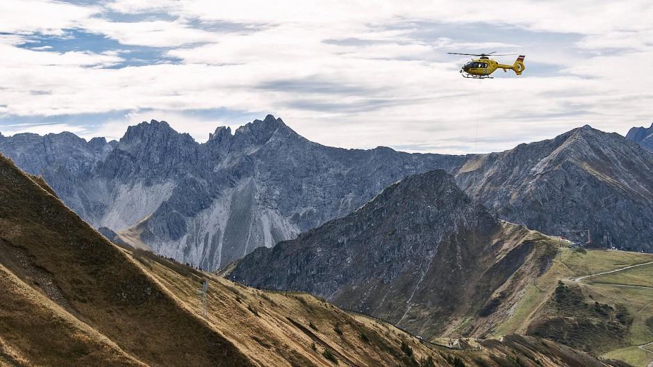 Einsatz im Grenzgebiet: Ein Helikopter auf dem Fellhorn-Grat in Österreich