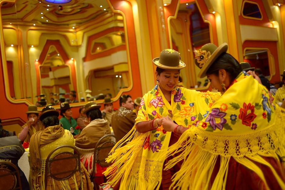 Gäste tanzen und genießen das Gran Poder Fest im Cholet von La Paz.