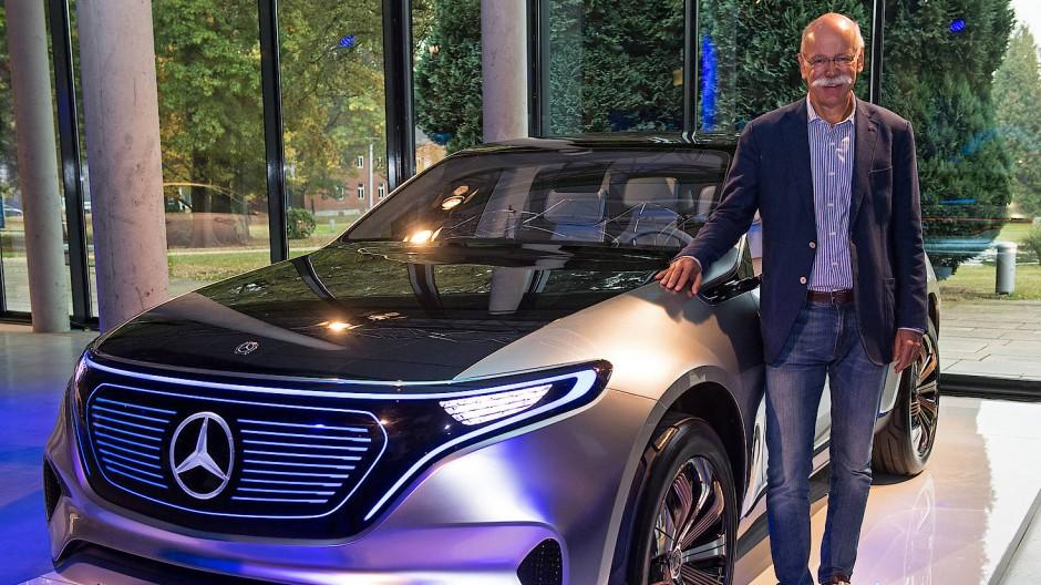 Daimler-Vorstandschef Zetsche mit Mercedes EQ