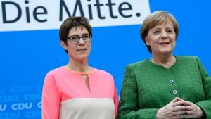 Merkel-Skeptiker stellen sich hinter Kramp-Karrenbauer
