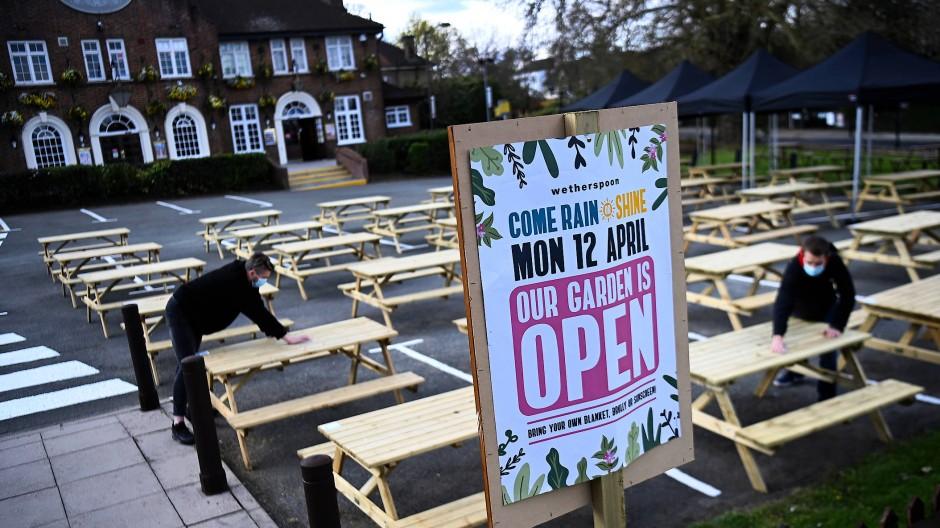 Zunächst dürfen Pubs und Restaurants nur im Außenbereich Gäste bedienen.