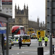 Polizisten sichern am Mittwochnachmittag den Tatort am Parlamentsgebäude in London ab.