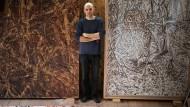 Aus der zweiten in die dritte Dimension: Der 44 Jahre alte niederbayerische Künstler Georg Thumbach, hier in seinem Atelier in Fürstenzell, will mit seinen Holzbildern in die Tiefe der Fläche.