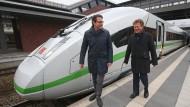 Bundesverkehrsminister Andreas Scheuer (l.) und Bahnchef Richard Lutz stehen vor einem neuen ICE 4. Das Bild wurde im November auf dem Bahnhof Gesundbrunnen fotografiert.