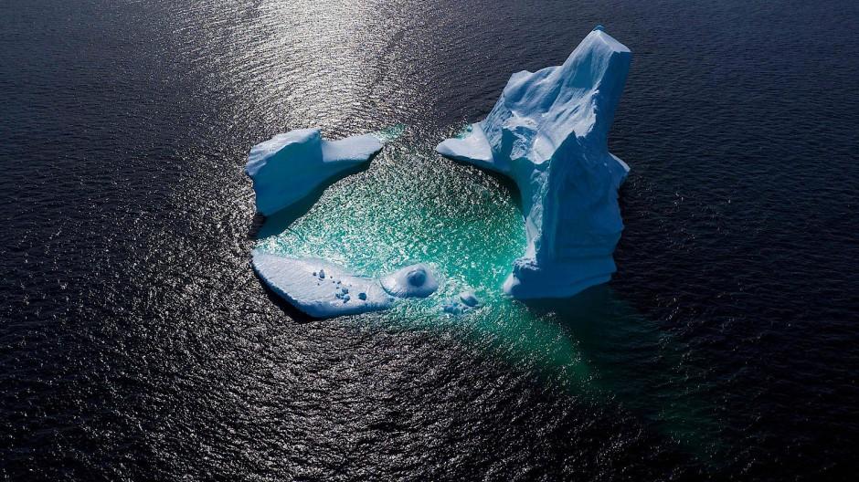 Ein schmelzender Eisberg vor der Küste Neufundlands, Kanada.