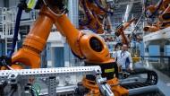 Heiko Rösch, Leiter Karosseriebau, steht im Werk von Volkswagen Sachsen in Zwickau in einer neuen Fertigungslinie für Elektrofahrzeuge.