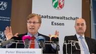 Nordrhein-Westfalen: Innenminister Peter Biesenbach (l, CDU) und Walther Müggenburg, Leitender Oberstaatsanwalt in Essen