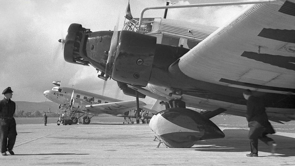 1937 stehen eine Junkers Ju 52 (Spitzname: Tante Ju) der Lufthansa und eine Douglas DC 2 der Fluggesellschaft KLM auf dem Vorfeld des Flughafens.