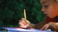 Potentiell hilfsbedürftig: Wenn es in der Schule hakt, soll Nachhilfe helfen. Fachleute warnen vor hohen Erwartungen.