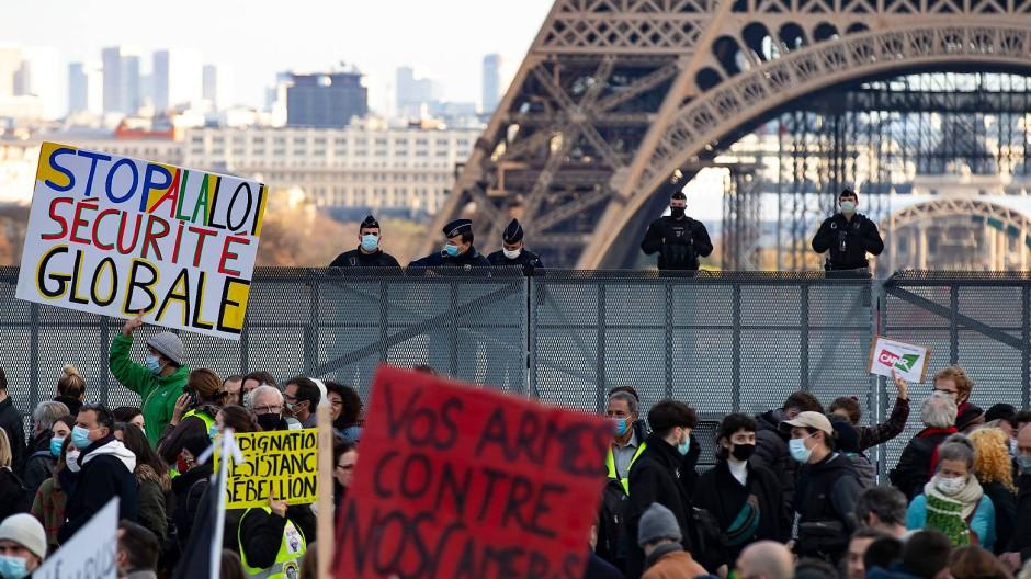 """Demonstration gegen das Gesetzespaket zur """"globalen Sicherheit"""" in der Nähe des Eifelturms in Paris"""