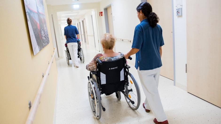 Pfleger sollen nach Willen von Awo und Verdi künftig mindestens 14,15 Euro in der Stunde verdienen.
