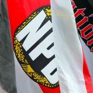 Eine Fahne mit dem Logo der rechtsextremen Partei NPD