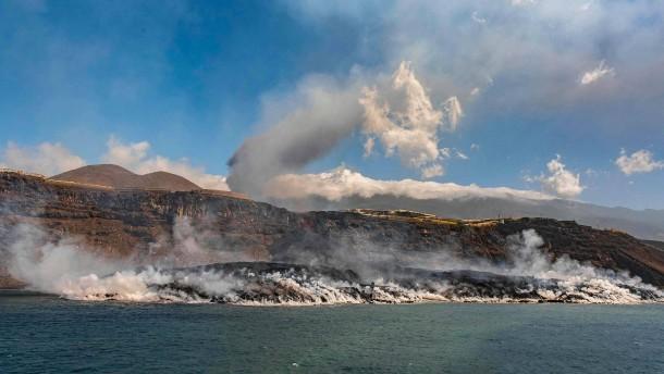 Ins Meer fließende Lava bildet Landzunge