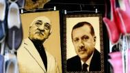 ... an der Wand, wer ist der Größte im türkischen Land? Der im amerikanischen Exil lebende Fethullah Gülen und der türkische Staatspräsident Recep Tayyip Erdogan.