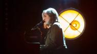 Alice Merton singt am Klavier während des Soundchecks beim SWR3-New-Pop-Festival im Theater Baden-Baden.