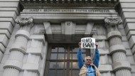 Eine Demonstrantin protestiert vor dem Bundesberufungsgericht in San Francisco gegen die Einreisesperrre