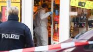 Nach tödlichen Schüssen: Die Polizei sucht nach einem 25 Jahre alten Verdächtigen, der eine Kioskbesitzerin in Wiesbaden erschossen haben soll.
