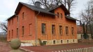 Das restaurierte Brehm-Haus in Renthendorf, dahinter die Kirche, in der der Vater Brehms 51 Jahre lang predigte.
