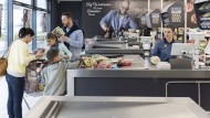 Karte rein und Geheimzahl eingeben: Das könnte künftig an der Supermarktkasse an Bedeutung verlieren.