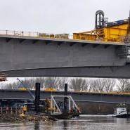 """In Stellung: Das letzte große Brückenteil wird mit einem Pontonschiff """"eingeschwommen""""."""