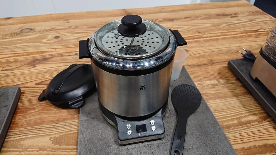Der Reiskocher Küchenmini von WMF kann bis zu 250 Gramm Reis garen.