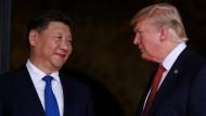 Chinas Präsident Xi Jingping und der amerikanische Präsident Donald Trump Anfang April 2017 auf Trumps Domizil Mar-a-Lago in Palm Beach, Florida
