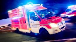 Mann von Auto überrollt und lebensgefährlich verletzt