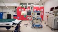 Erstversorgung der schweren Fälle: Im Schockraum der Berufsgenossenschaftlichen Unfallklinik in Frankfurt müssen Handgriffe und Sätze sitzen