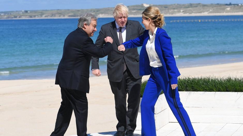 Nicht nur schlechte Stimmung: UN-Generalsekretär Antonio Guterres, Boris Johnson und seine Frau Carrie am 12. Juni am Strand in St Ives