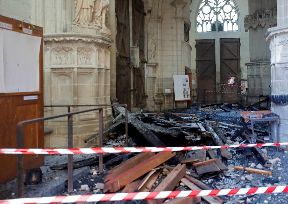 Nach dem Brand liegen Trümmer im Inneren der Kathedrale.