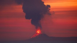 """Kind des Krakatau"" spuckt Feuer"