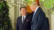 Donald Trump mit dem nordkoreanischen Nuntius Kim Yong-chol am Freitag vor dem Weißen Haus