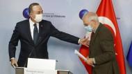 Zu Gast bei einem Freund? Der türkische Außenminister Cavusoglu (l.) gibt zusammen mit dem EU-Außenbeauftragten Borrell eine gemeinsame Erklärung ab.