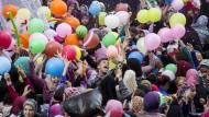 Muslime in Kairo versuchen Ballons zu fangen, die nach den Gebeten am ersten Tag des islamischen Opferfests in die Luft gelassen wurden.