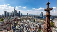Die Zeit ist ein sonderbares Ding, besonders in Frankfurt: Die Wolkenkratzer am Horizont sind bis zu 50 Jahre alt, die Altstadthäuser im Vordergrund gerade fertiggestellt worden.