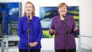 Treffen sie sich bald wieder bei Hillary Clintons Antrittsbesuch in Berlin? Die demokratische Kandidatin mit Angela Merkel im Frühjahr 2011