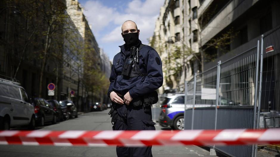 Paris: Ein Polizist sichert das Gebiet um den Tatort.