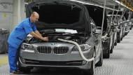 Autoproduktion bei BMW: In den Fabriken trifft man immer mehr Mitarbeiter, die nicht zur Stammbelegschaft gehören. Das gilt auch für andere Hersteller