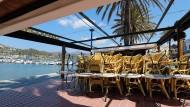 Auf Mallorca sind keine Touristen in Sicht: Auch diese Restaurant-Terrasse in Port d'Andratx bleibt wegen der Corona-Krise geschlossen.