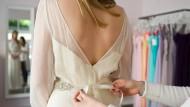 Eine Stunde Anprobieren kostet 25 Euro; die erste Stunde ist umsonst. Wird das Kleid am Ende gekauft, wird die Beratungsgebühr verrechnet.