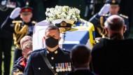 Prinz Philips Sarg wird in einer Prozession zur St George's Chapel gebracht