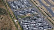 Auf dem BER in Berlin hat Volkswagen Autos zwischengeparkt, die nicht rechtzeitig zugelassen werden konnten.