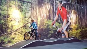 Outdoor-Aktivitäten - Kunden testen Fahrräder auf einem Parcour in der Frankfurter Filiale von Zweirad-Stadler.