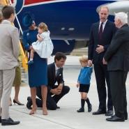 Kanadas Premierminister Justin Trudeau geht persönlich in die Knie, um mit dem Urenkel seines Staatsoberhauptes besser plaudern zu können.